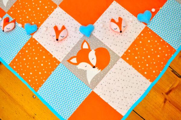dětská deka se spící liškou a dekorace