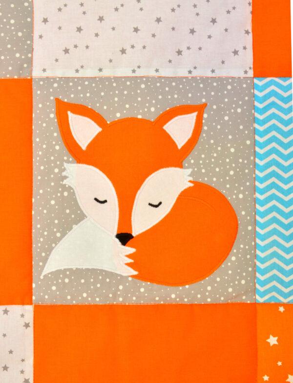 šitý obrázek spící liška